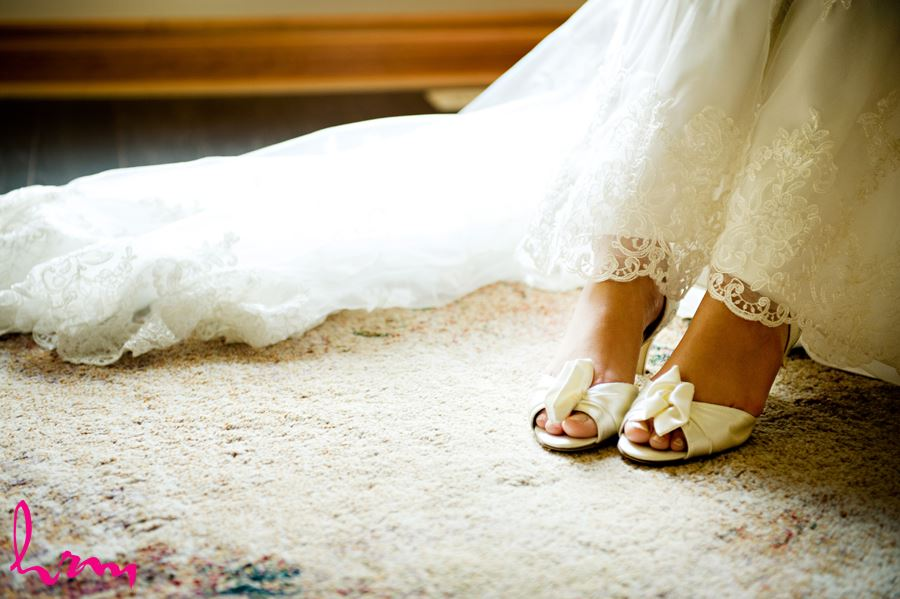 london ontario bride putting on shoes